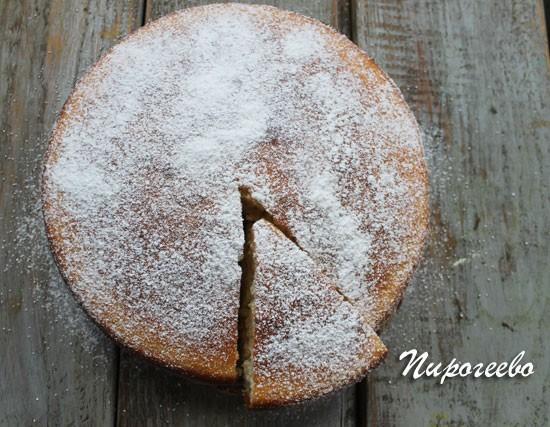 Присыпаем бисквит сахарной пудрой, пока он горячий