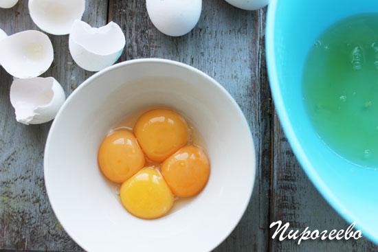 Разделить яйца на желтки и белки