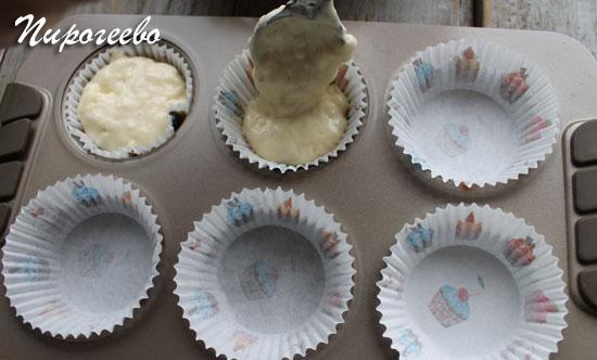 Раскладываем тесто по бумажным подложкам в формочке