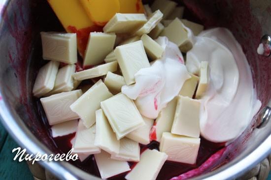 Перемешиваем ягоды с шоколадом и сливками