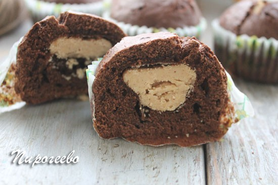 Шоколадный маффин с арахисовой пастой