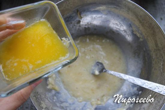 Добавляем растопленное масло в тесто