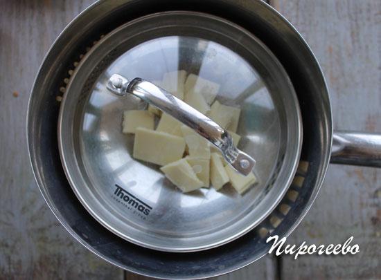 Шоколад плавится на водяной бане