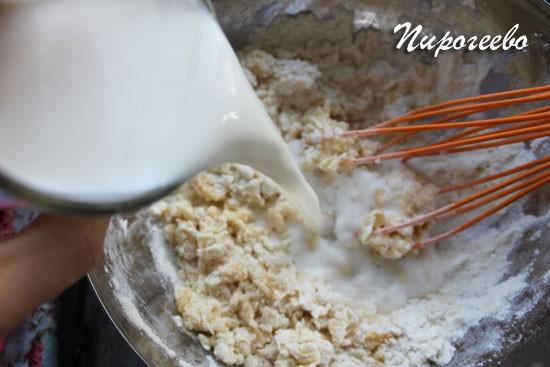 Разбавляем тесто молоком и размешиваем