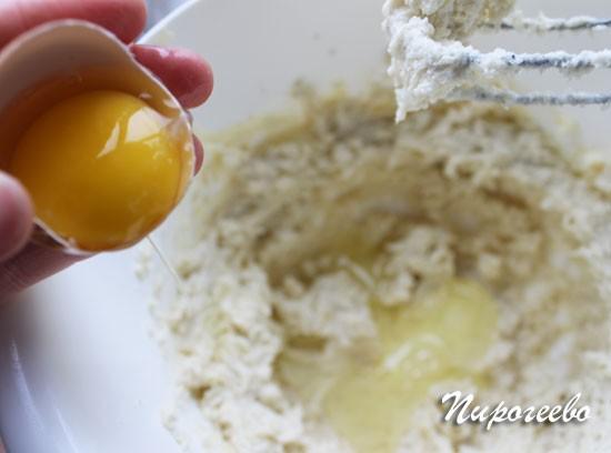 Добавляем яйцо в крем и размешиваем до однородности
