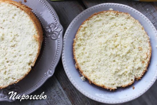 Разрезаем бисквит на шесть равных коржей
