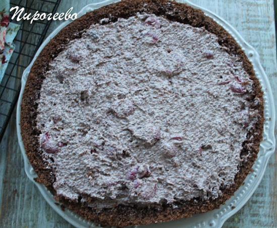 Наполняем бисквит начинкой из крема