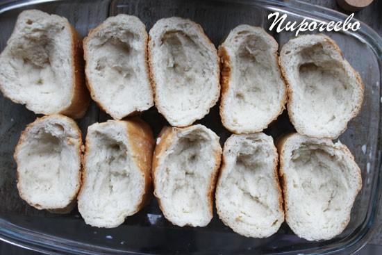Сделать углубление в каждом кусочке хлеба пальцами