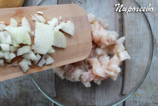 Добавить лук в рыбные кусочки