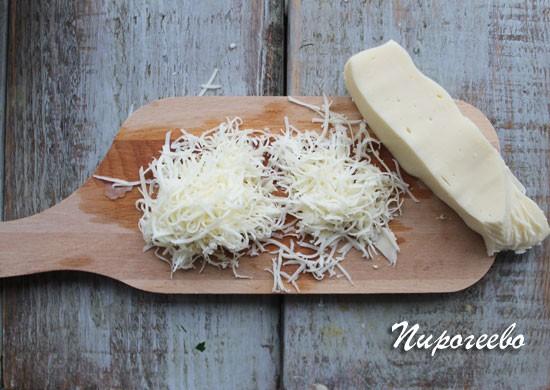 Натереть сыр на мелкой тёрке