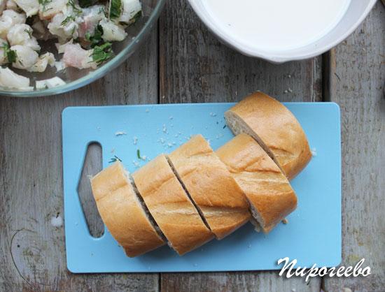 Нарезать хлеб на кусочки шириной 5 см