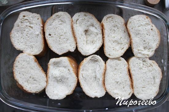 Вымочить хлеб в молоке и уложить на противень