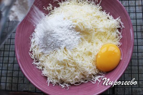 Добавляем в начинку яйцо и муку, перемешиваем