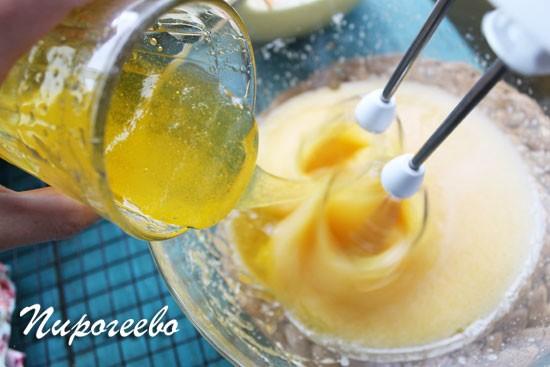 Добавляем жидкий мёд в тесто