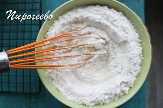 Все сухие ингредиенты перемешиваем перед добавлением в тесто