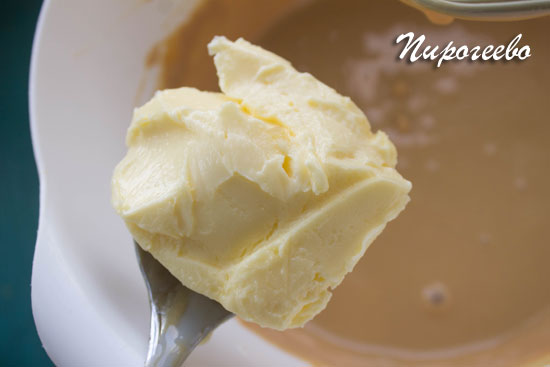 Добавляем сливочное масло в крем из сгущенного молока