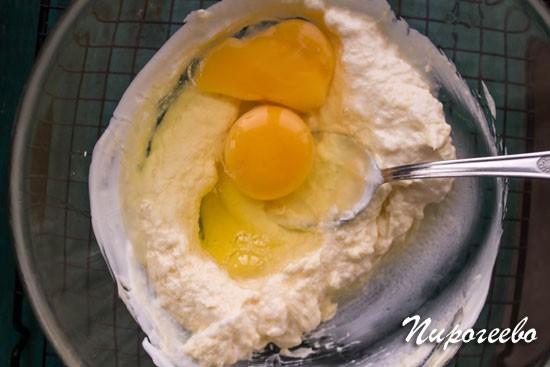Добавляем яйца и размешиваем