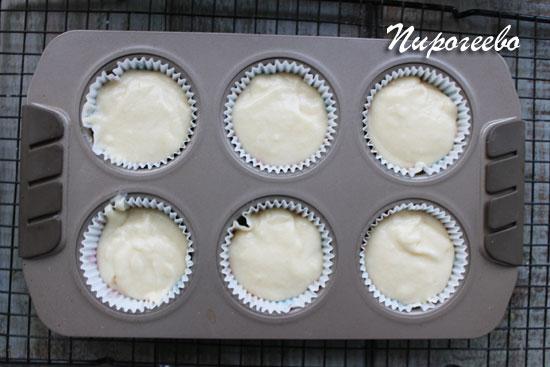 Ванильные капкейки в духовке выпекаются 20-25 минут