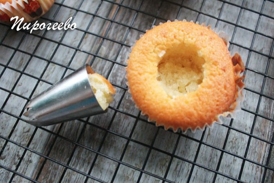 Вырезаем сердцевинку у пирожного с помощью металлической формочки