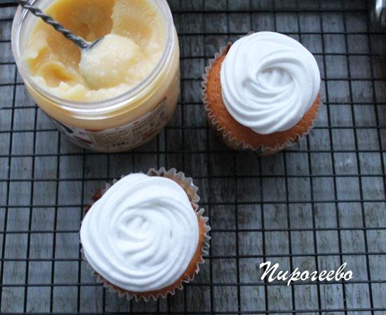 Ванильные капкейки с белковым кремом и лимонным курдом