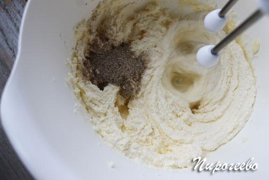 Добавляем ванильный сахар в миску с маслом и продолжаем взбивать