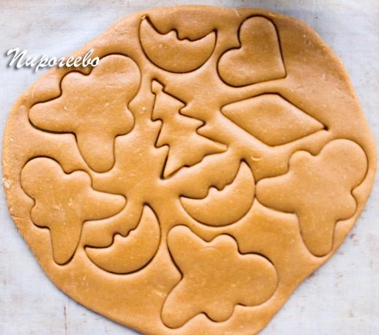 Вырезаем с помощью формочек фигурное печенье