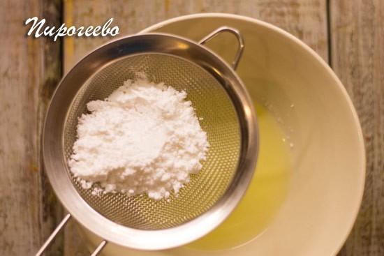 Просеиваем сахарную пудру в белок и растираем