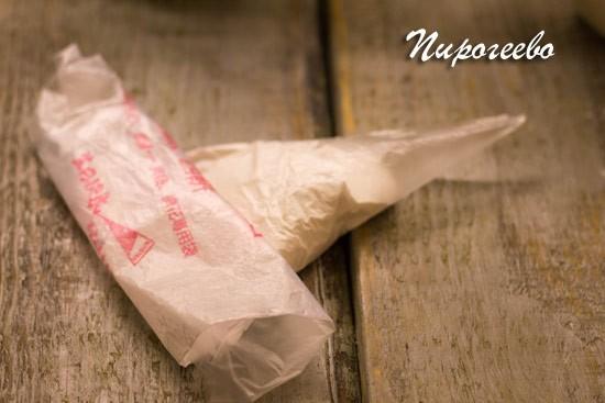 Выкладываем глазурь в кондитерский мешок