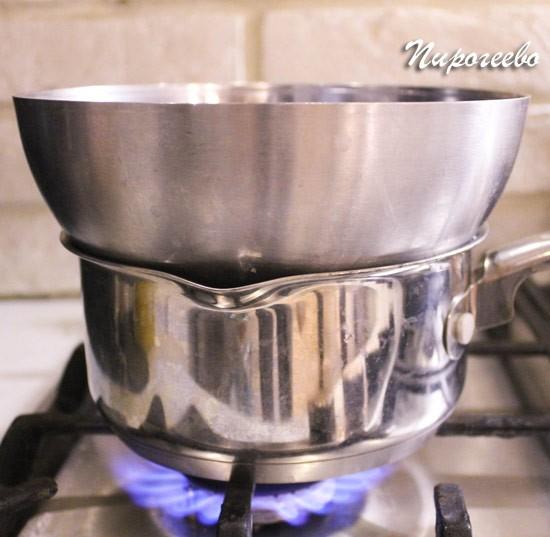 Ставим тесто в металлической миске на водяную баню