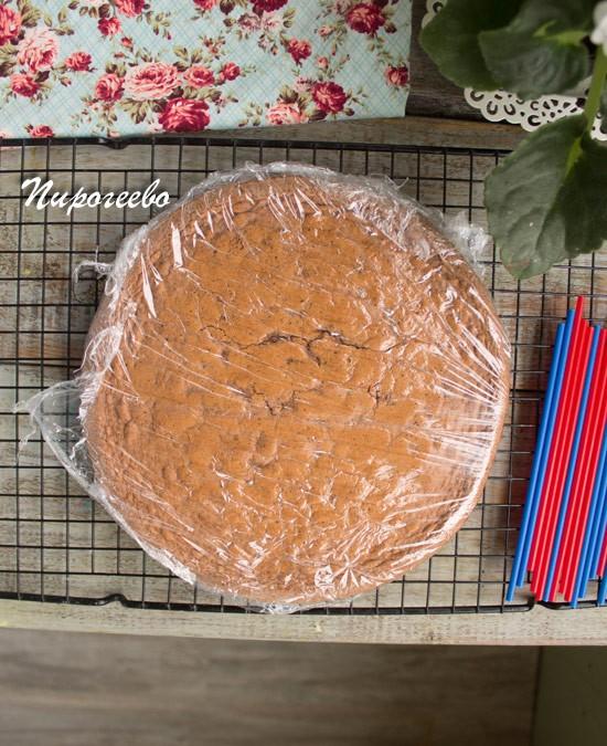 Готовый бисквит можно обернуть плёнкой и убрать в прохладное место