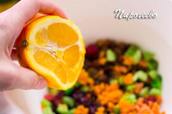 Выжимаем сок апельсина в миску с цукатами, добавляем цедру