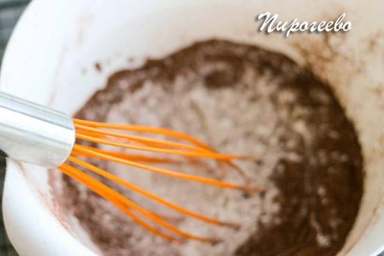 С помощью венчика размешиваем муку и какао до однородности