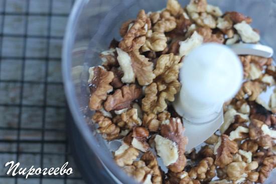 Измельчаем грецкие орехи в блендере