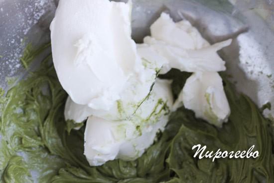 Добавляем творожный сыр в крем и размешиваем