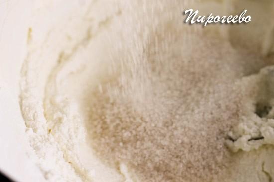 Засыпаем в миску сахарный песок