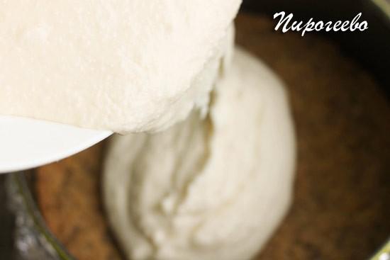 Выливаем творожную начинку на основу из печенья
