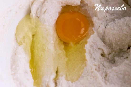 Добавляем яйца в творожную массу по одному