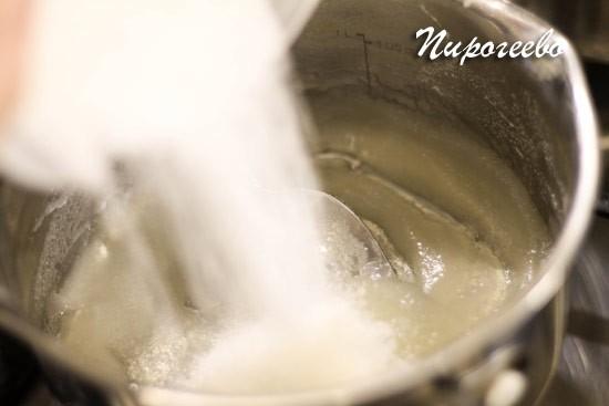 Как только видим первые пузыри, добавляем сахарный песок и перемешиваем