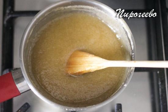 Ставим яблочное пюре выпариваться на плиту