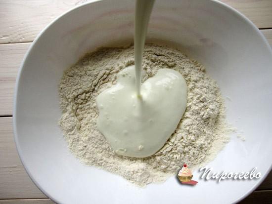Вливаем йогурт комнатной температуры