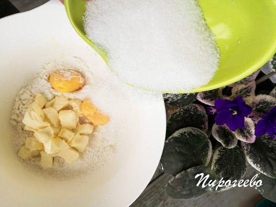 Добавляем к яйцам, маслу и муке сахарный песок
