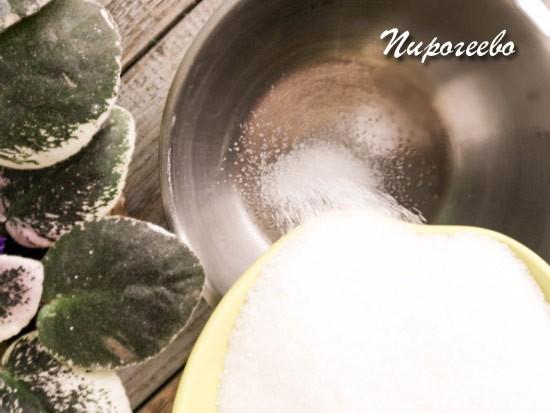 Высыпаем сахарный песок в сотейник с толстым дном
