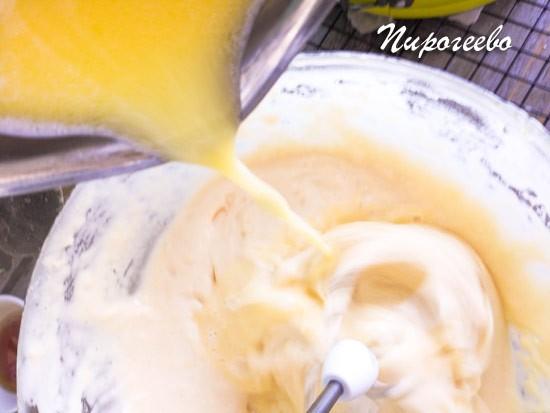 Выливаем горячее молоко в форму и размешиваем до однородности