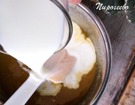 Наливаем молоко в сотейник и размешиваем