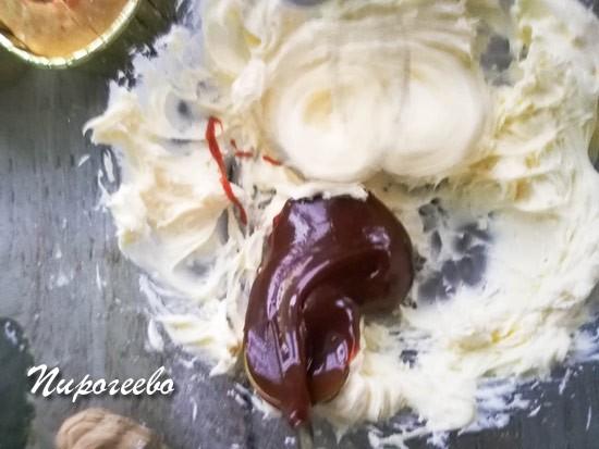 Добавляем карамель в сливочное масло