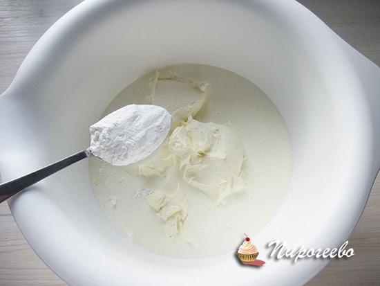 Добавляем сахарную пудру в сливочный сыр и сливки