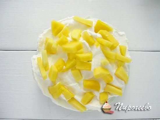 Покрываем крем кусочками фруктов или ягод