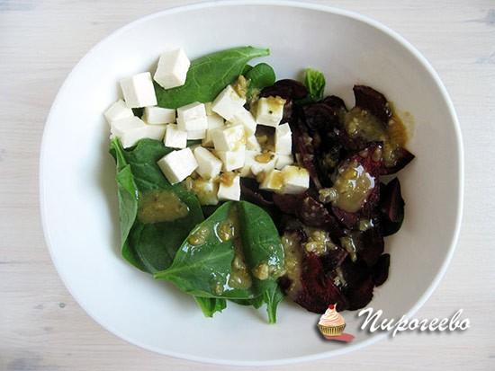 Все ингредиенты перемешиваем в салатнике