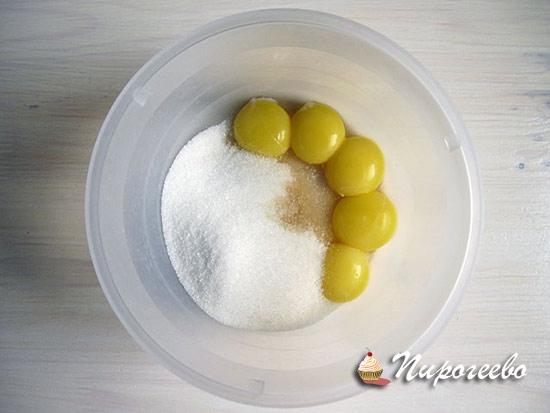 Желтки соединяем с сахарным песком и ванилью