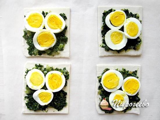 Выкладываем яйца, нарезанные кружочками, на слойку